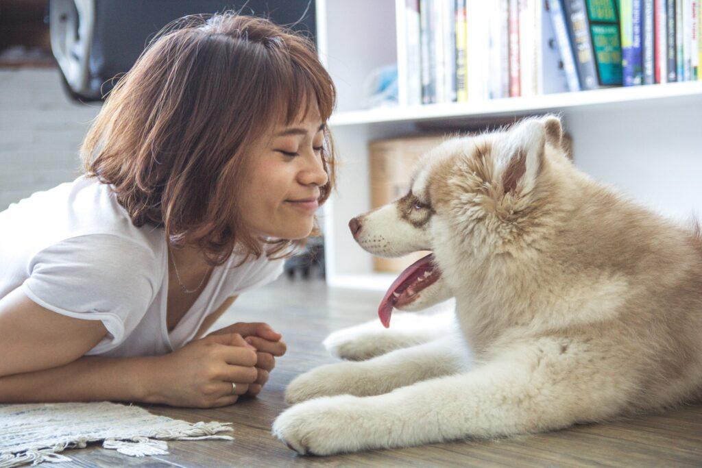 foto di ragazza russa con animali domestici
